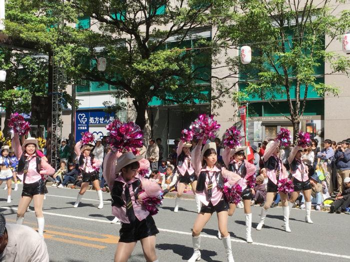 パレード1日目の様子。ピンクの衣装にウエスタンハットで。